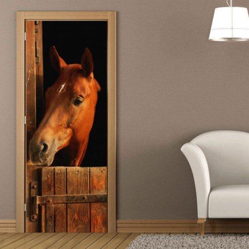 Envelopamento de porta cavalo no estábulo